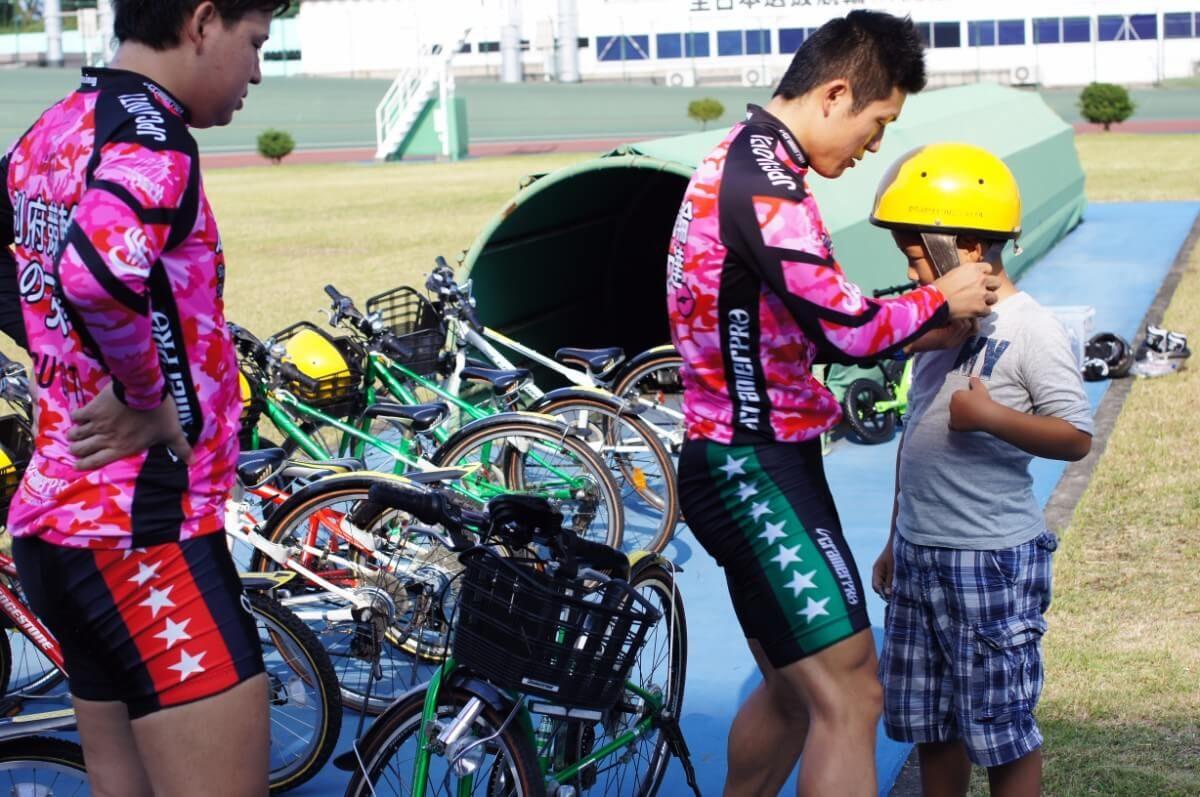 競輪選手にヘルメットをつけてもらう!